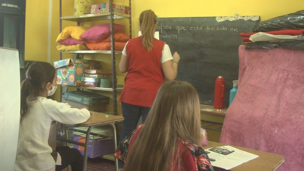 Clases de apoyo con los niños en las aulas